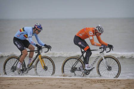 VM-DUELL: Det ble tidlig klart av VM-tittelen sto mellom Mathieu van der Poel og Wout van Aert. Foto: Cor Vos