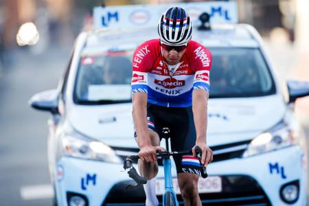 UTRYGT: Styret til Mathieu van der Poel hang og slang da han kom i mål på Le Samyn. Foto: Cor Vos.