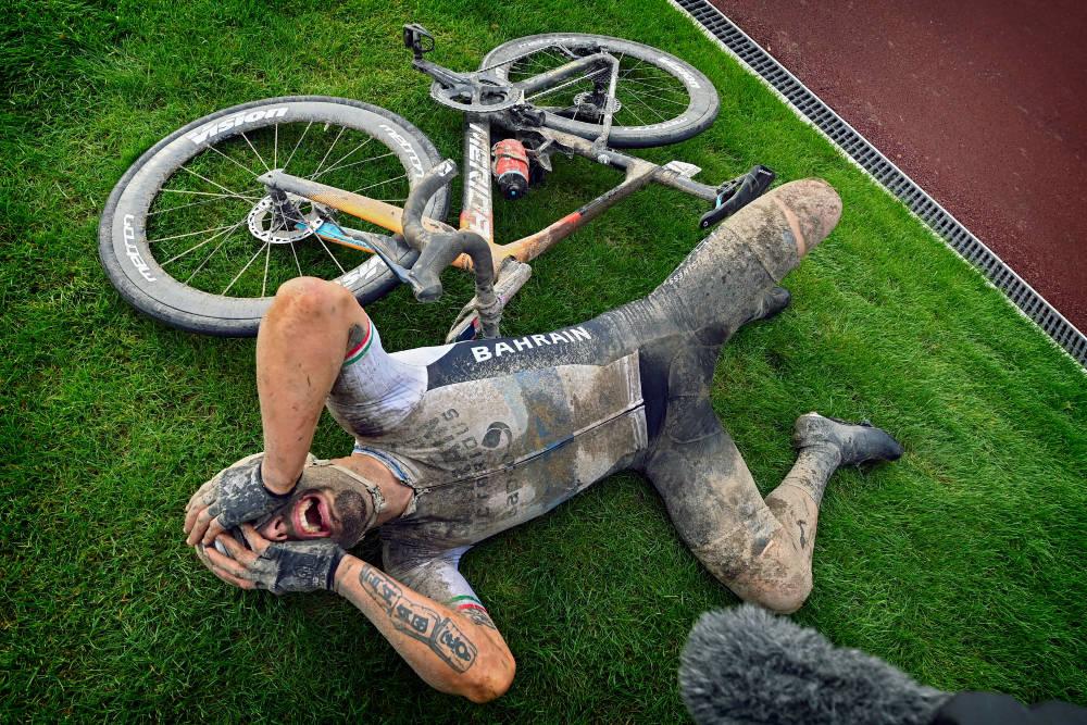 VANT: Sonny Colbrelli tok til tårene etter en lang dag på sykkelen, som ble kronet med seier i Paris-Roubaix. Foto: Cor Vos