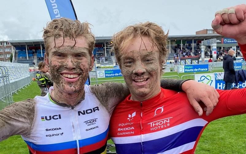 VANT: Stian Edvardsen-Fredheim sammen med Per Strand Hagenes etter triumfen i Roubaix. Foto: Norges Cykleforbund