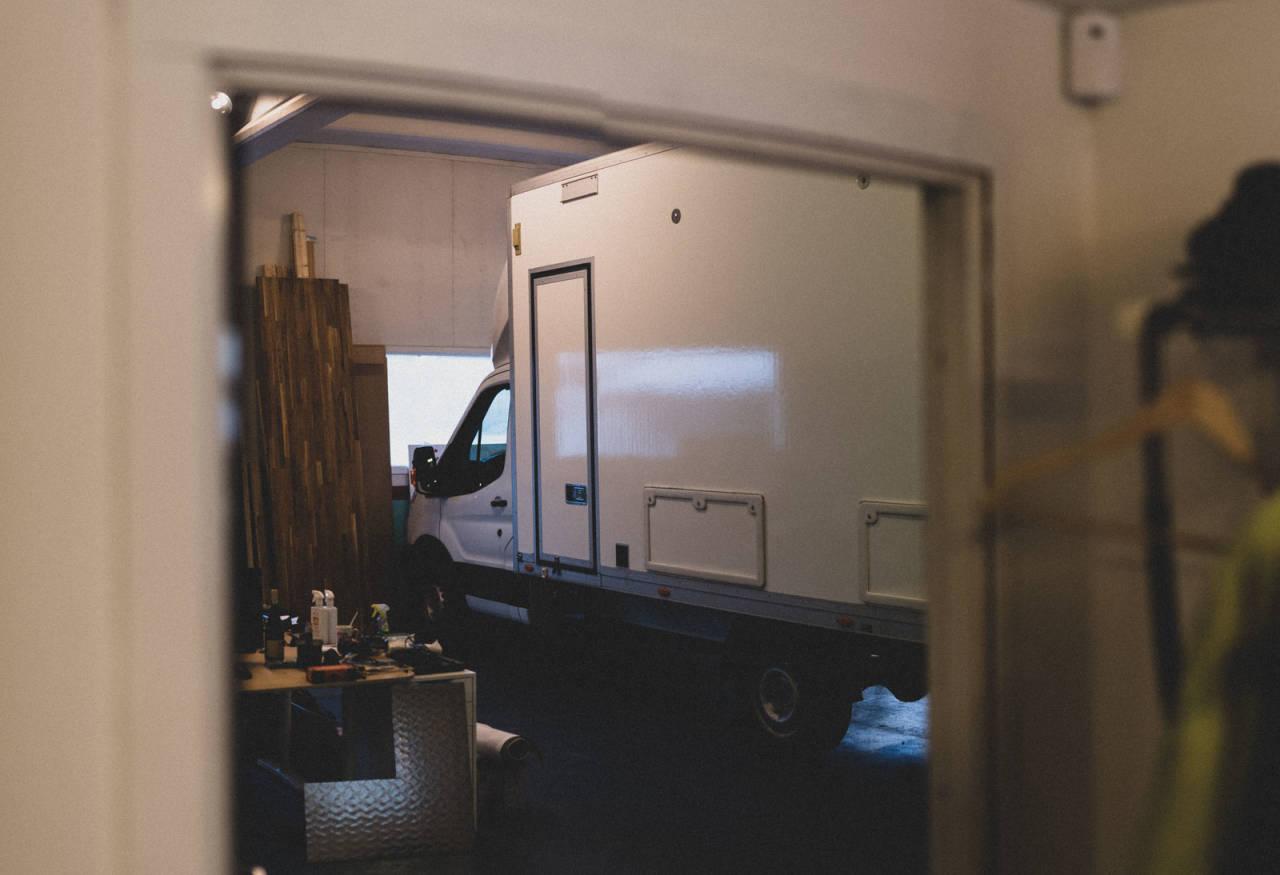 NYTT LIV: Den gamle lastebilen til Joker er strippet for deler, utstyr og logoer, men om noen måneder ruller den på veien igjen. Mer kraftfull enn noen gang, skal vi tro eieren. Foto: Henrik Alpers.