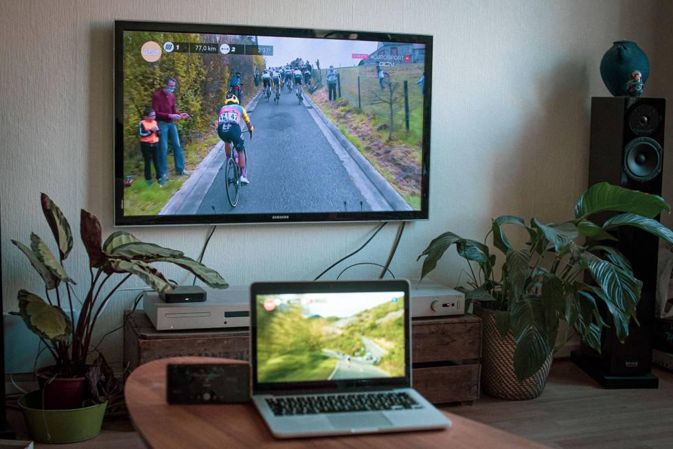 DOBBELT OPP: Tidvis bugner det over av sykkelritt. Da er det greit å holde kontroll på to skjermer. Foto: Henrik Alpers