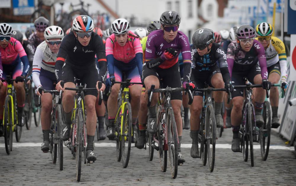 MANGLER TOPPFORMEN: Susanne Andersen (i sort trøye på høyresiden) og Team DSM kom til kort i onsdagens Nokere Koerse. Foto: Cor Vos