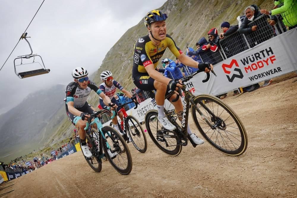 KJEMPER: Tobias Foss på vei opp grusbakken på Campo Felice, på den niende etappen av Giro d'Italia. Foto: Cor Vos
