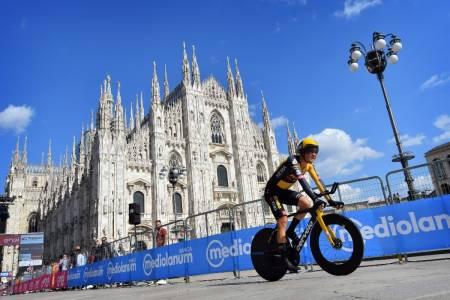 HISTORISK: Tobias Foss under den mektige katedralen i Milano, etter å ha fullført sin første Grand Tour. Foto: Cor Vos