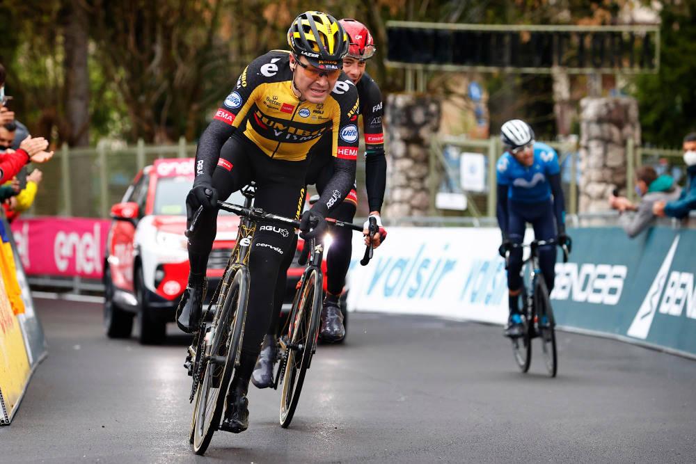 REGNTUNG DAG: Giro d'Italia bød på norske værforhold på den 16. etappen, og Tobias Foss svarte med en ny, god prestasjon. Foto: Cor Vos