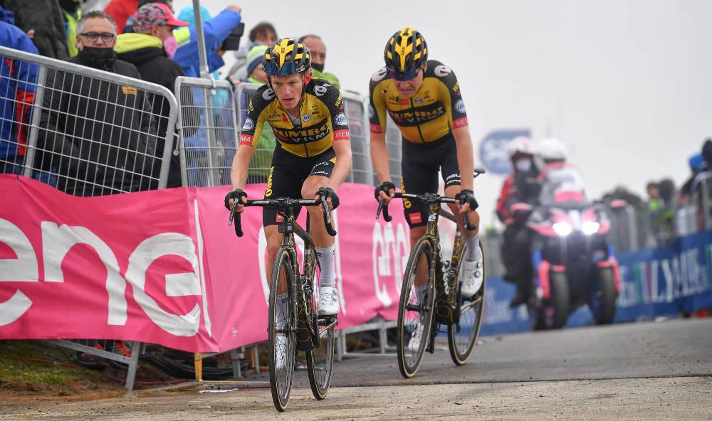 TØFF DAG: Tobias Foss (bakerst) loses i mål av hjelperytter Koen Bouwman. Foto: Cor Vos