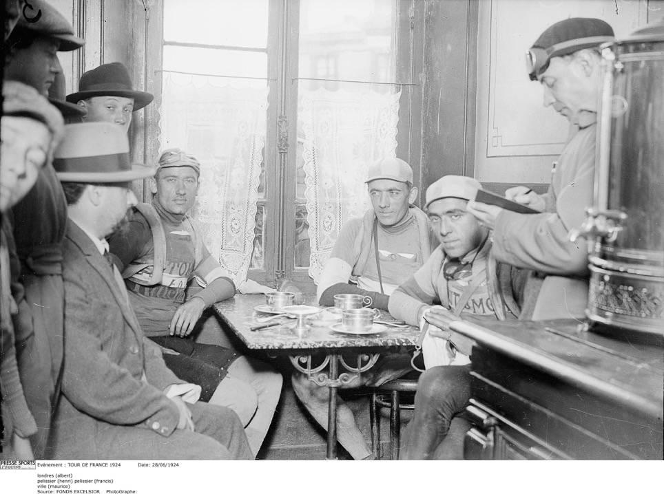 """SCOOPET: Albert Londres intervjuer Henri Pélissier som har stått av i protest sammen med sin bror Francis, og Ville hvis knær ikke ville mer. Da intervjuet ble publisert under tittelen """"Forcats de la Route"""", Slaver av veien, skapte det ramaskrik. Foto: Presse Sports"""