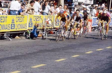 RETT NED: Dzjamolidin Abdoujaparov går i bakken i på Champs-Élysées, 1991. Bilde: Cor Vos