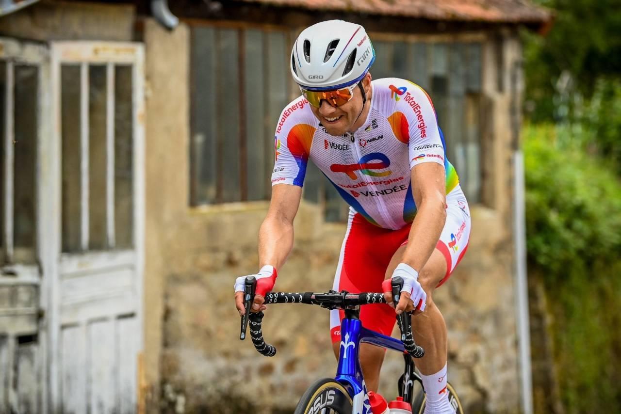 TØFF DAG: Edvald Boasson-Hagen strevet og røyk ut av Tour de France på den 15. etappen. Foto: TotalEnergies