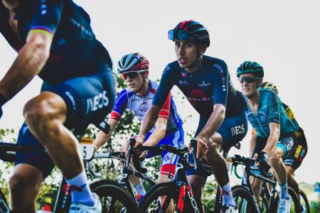 SMERTEFULLT: Egan Bernals Tour de France 2020 henger i en tynn tråd på grunn av ryggsmerter. Foto: Cor Vos.