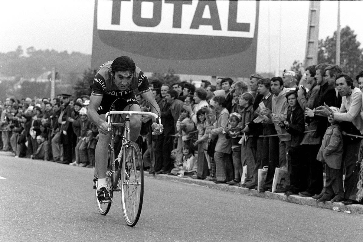 Eddy Merckx vinner prologen i Brest i 1974. Slik begynte han å høste sin 5. sammenlagtseier i Touren. Foto: L'equipe