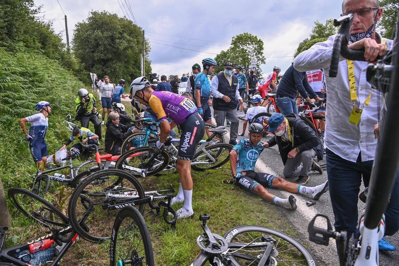 VOLDSOMT: Det ble høydramatisk på de to veltene på den første etappen av Tour de France. Foto: Cor Vos.