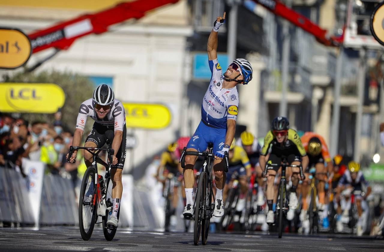 PEKTE TIL HIMMELEN: Julian Alaphilippe dedikerte seieren på dagens etappe til sin nylig avdøde far. Foto: Cor Vos.