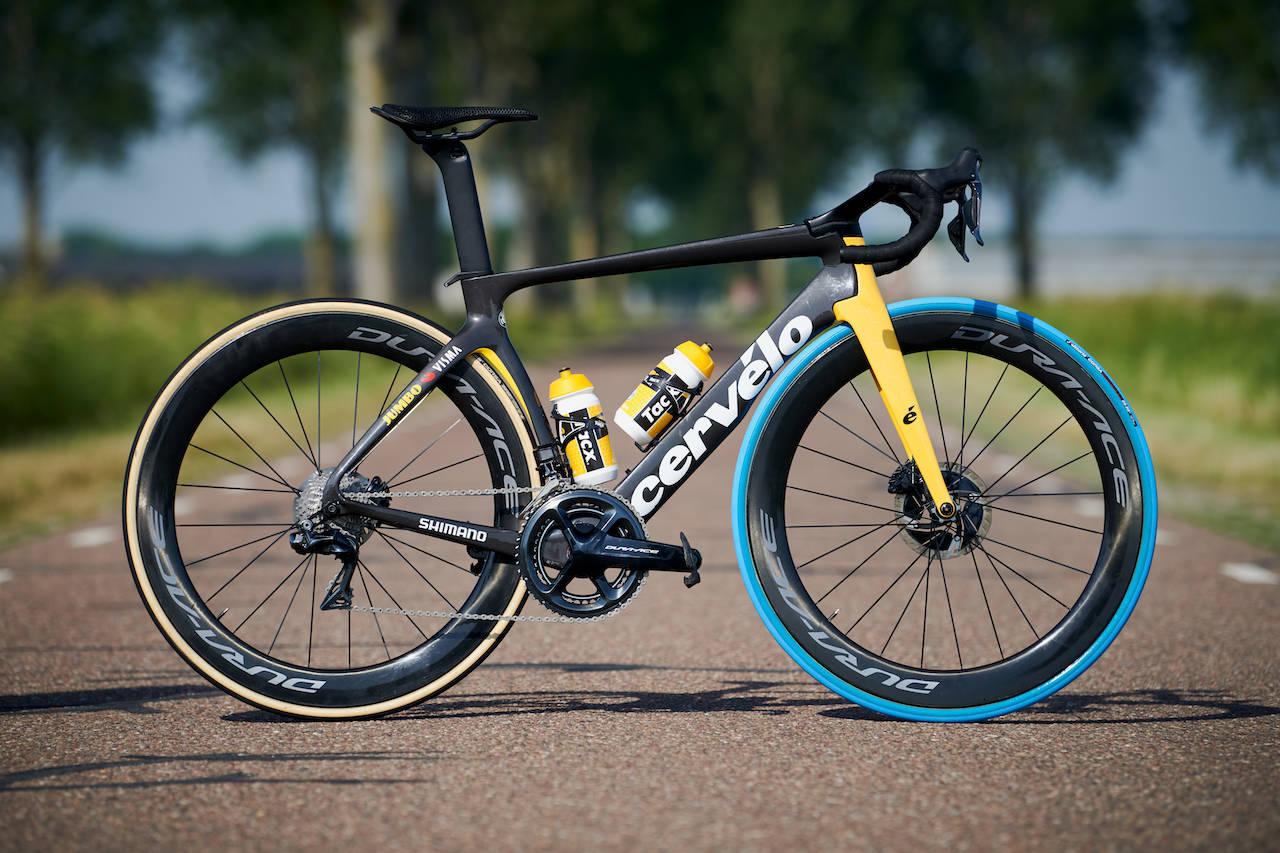 KNALLBLÅTT: Jumbo-Visma skal sykle på knallblå Vittoria-dekk i Tour de France: Foto: Swapfiets.