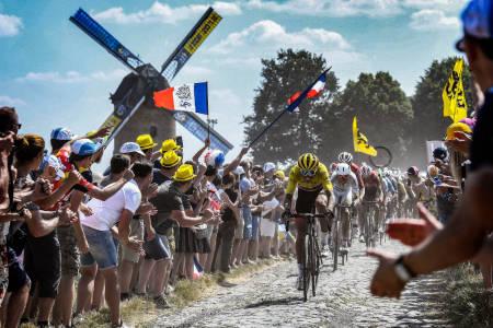 NY BROSTEINSETAPPE: Som i 2018 skal Tour de France-rytterne få bryne seg på brostein. Her leder Greg Van Avermaet an i 2018-utgaven. Foto: Cor Vos