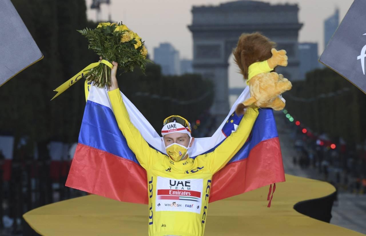 TRIUMFERTE: Akkurat som Tadej Pogacar hadde Kim André Sveen grunn til å feire etter den siste etappen av årets Tour de France. Foto: Cor Vos.