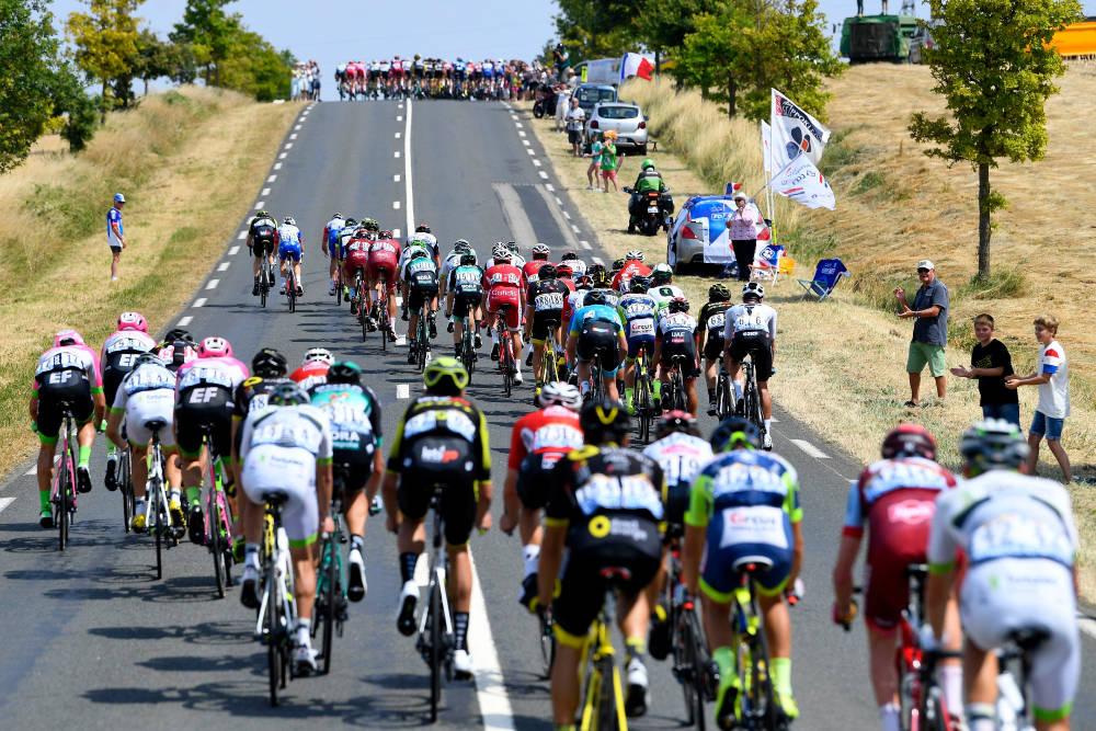 VIFTEKJØRING: Dette bilder er fra Tour de France i 2018, hvor det på den syvende etappen i Bretagne ble tøff kjøring i sidevinden. Foto: Cor Vos