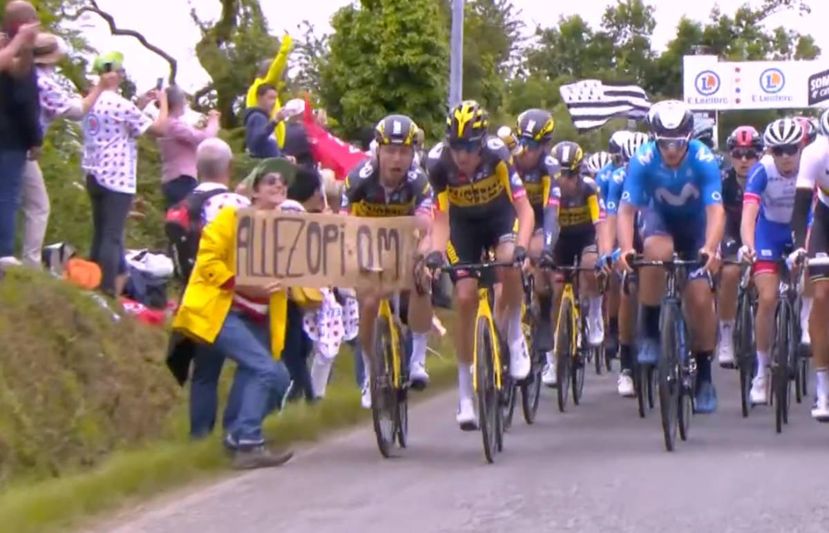 SENDTE HALVE FELTET I BAKKEN: Denne tilskueren sørget for en høydramatisk første etappe av Tour de France. Nå er hun dømt til fengsel. Foto: Skjermdump Discovery+