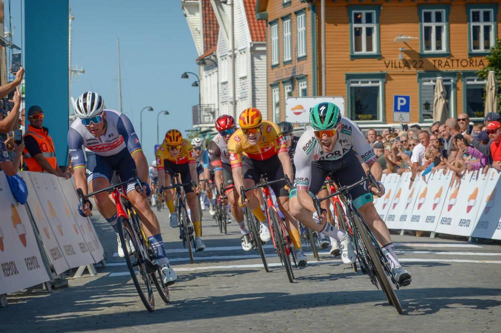 NÆR: Daniel Hoelgaard spurtet om seieren på den siste etappen av Tour of Norway. Foto: Cor Vos