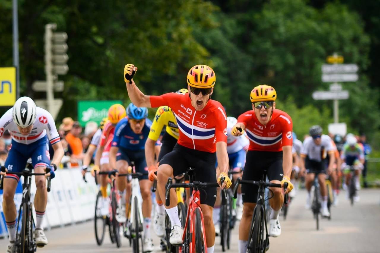 DOBBELTSEIER: Anders Halland Johannessen spurter inn til seier foran tvillingbror Tobias i Tour de l'Avenir. Foto: Tour de l'Avenir
