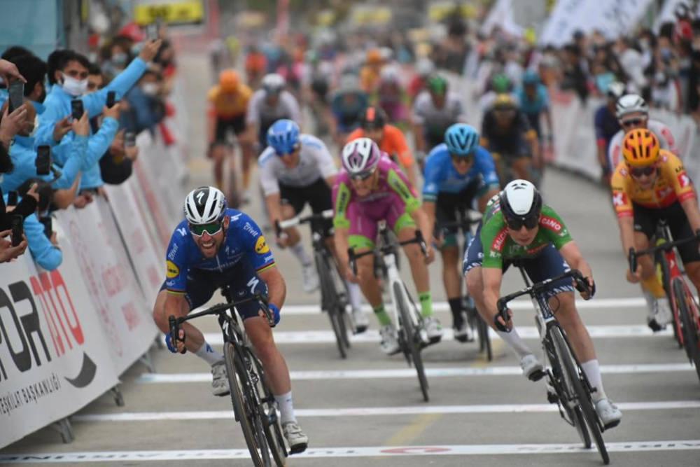 NY PODIEPLASSERING: Mark Cavendish og Jasper Philipsen ble for raske, men Kristoffer Halvorsen endte nok en gang på podiet. Foto: Cor Vos