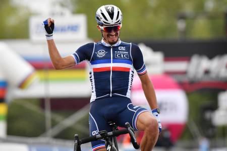 FRANSK JUBEL: Julian Alaphilippe gikk solo i den siste bakken og holdt unna hele veien inn til mål. Foto: Cor Vos.