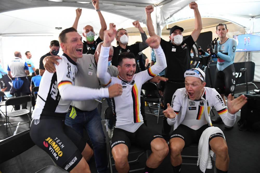 JUBEL: Herrene i det tyske laget jubler for VM-gull i det som var Tony Martins siste ritt. Foto: Cor Vos