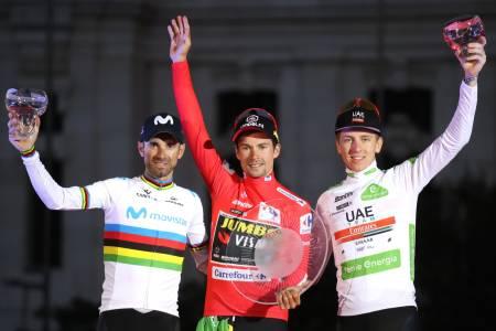 FJORÅRETS PODIUM: Primoz Roglic triumferte i fjorårets Vuelta a Espana, og kan fort gjøre det igjen i 2020. Her med Alejandro Valverde og årets Tour de France-vinner Tadej Pogacar, førstnevnte er med i årets ritt. Foto: Cor Vos.