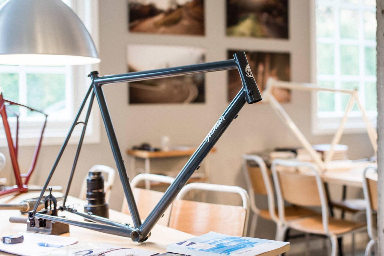 DRØMMESYKKEL? For mange er en custom stålsykkel drømmen. Vi tar praten med rammebygger Truls Johnsen i Johnsen Frameworks! Foto: Henrik Alpers