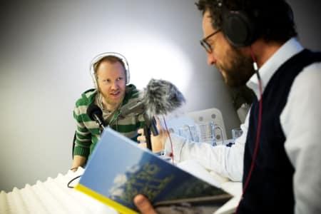 GÅSEHUD: Boken «Drømmenes fjell» er akkurat lansert, og vi har forfatteren i studio! Foto: Kristoffer Kippernes.