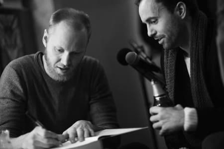 SIGNATUR: Forfatter Geir Stian Ulstein signerte bøker for harde livet under lanseringen på Peloton. Foto: Kristoffer Kippernes.