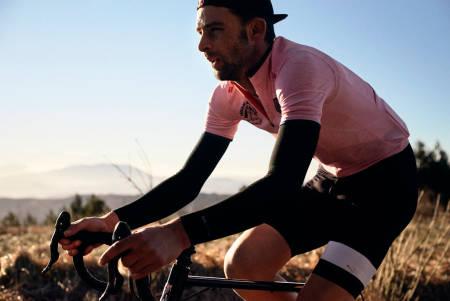LEKKERBISKEN: Med litt flaks kan du smykke deg med denne rosa trøyen fra Rapha.