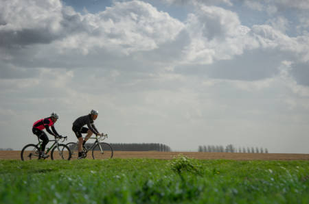 MOTVIND: Gjermund og Sverre må jobbe hardt for å holde farten oppe i motvinden.