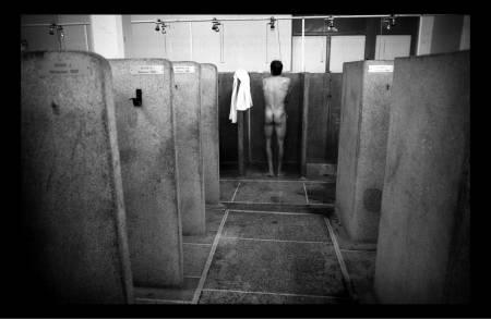 BARE ROMPER: Lengselen etter en dusj i klubbhuset er stor. Her samles rytterne for å sammenligne skrubbsår og beskrive sin strabasiøse ferd gjennom Arenberg og de 27 andre sektorene. Foto: Cor Vos