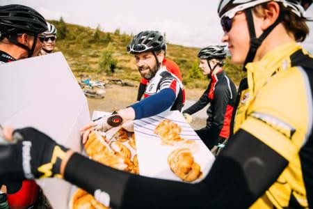 BOLLEFEST: Samling flytter til Gomobu for bedre mat og samvær, men frykt ikke: Det blir kanelboller fra bakeriet i Bagn også i år. Foto: Magnus Roaldset Furset.
