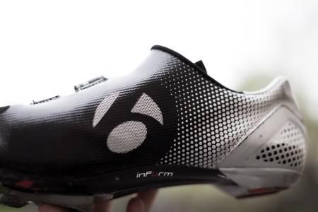 Store deler av overdelen har en nesten gummiaktig overflate, dette gjør at det er lett å holde skoen ren og at det bare slipper inn vind på de rette stedene.