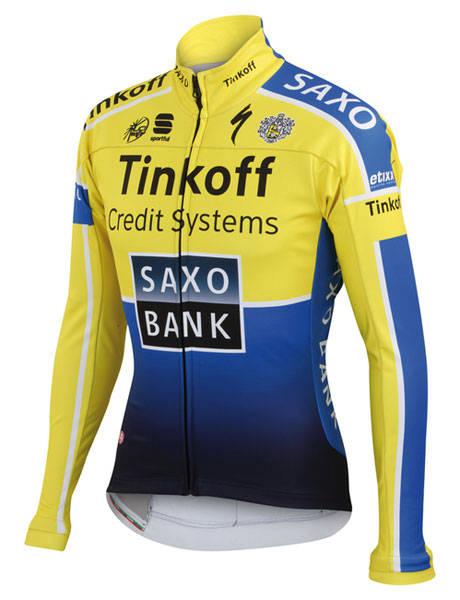 Sportful Pro WS er en del av garderoben til Saxo Tinkoff, brukt til vintertrening og i de mest rufsete rittene. Det preger passformen og funksjonaliteten i jakka.
