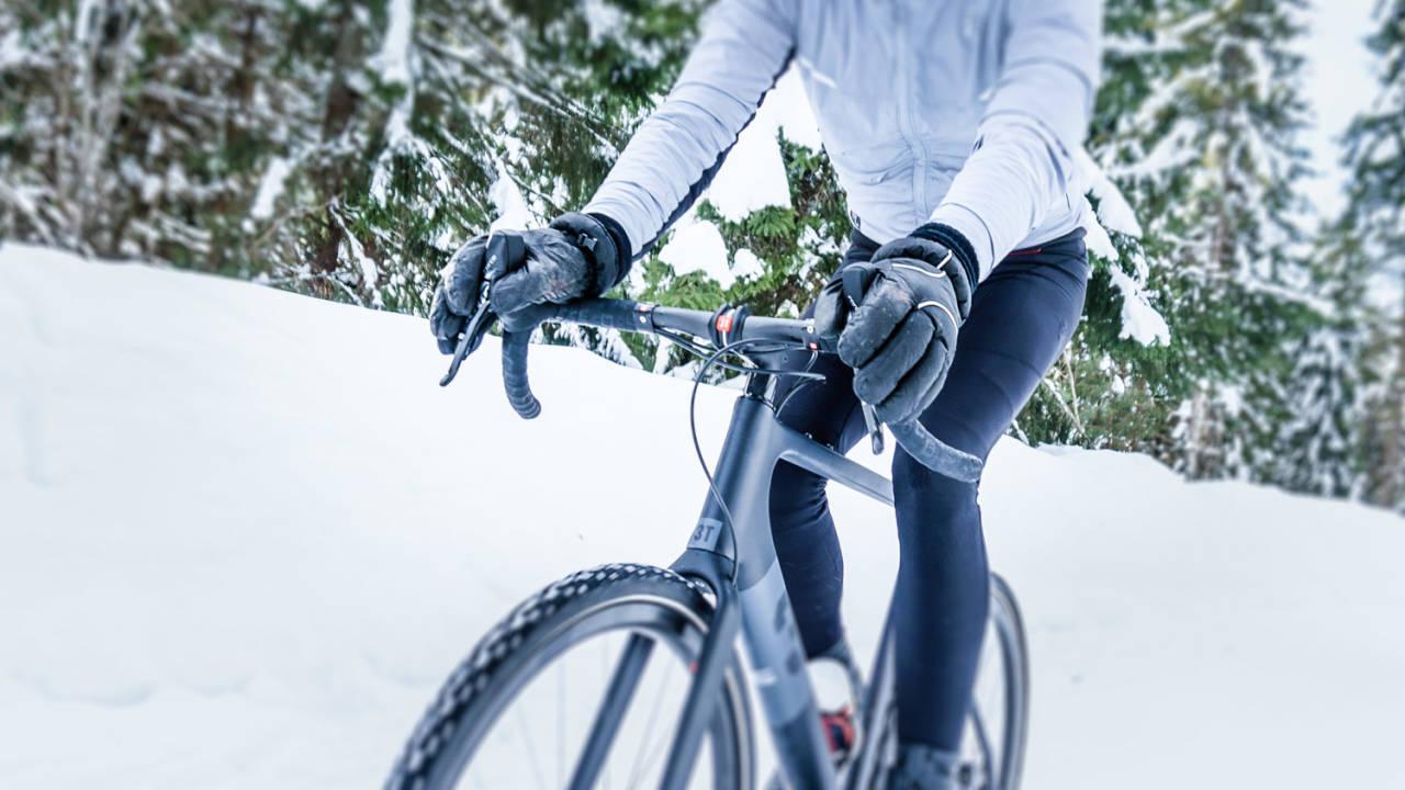 SOM HÅND I HANSKE: Er det ett sted du fryser under vintersykling er det fingrene. Her presenterer vi seks gode modeller for å holde hendene varme. Foto: Marcel Battle.