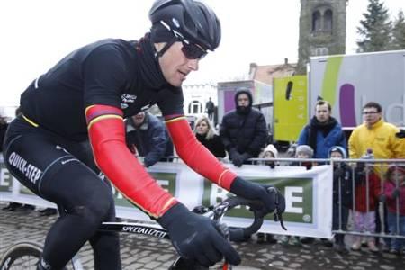 I SORT: Tom Boonen dropper glatt den belgiske mesterskapstrøya for å ha det komfortabelt i sure ritt, her i årets Gent-Wevelgem. Boonen bruker en kortermet Gabba-kopi fra Vermarc (Acquazero) utviklet av/med Santini.