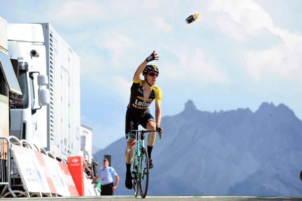 ULOVLIG: Kaster du flasken din på feil tidspunkt i et ritt, vil du nå bli diskvalifisert. Her kaster Timo Roosen en flaske til fansen i en tidligere utgave av Tour de France. Foto: Cor Vos