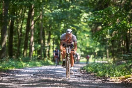 De rette elementene: L'eroica Germania er grus-og jordveier, sko festet med remmer, metallflasker på styret og klær og sykkel fra fordums tid.