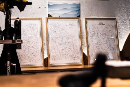 VEGGPRYD: Dapas kart over skogene rundt Oslo er raskt blitt populær veggpynt blant syklister. Foto: Henrik Alpers.