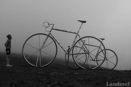 STOR GUTT, STØRRE EVENTYR: Bli med på en reise gjennom Pyreneene, der slike sykler venter.