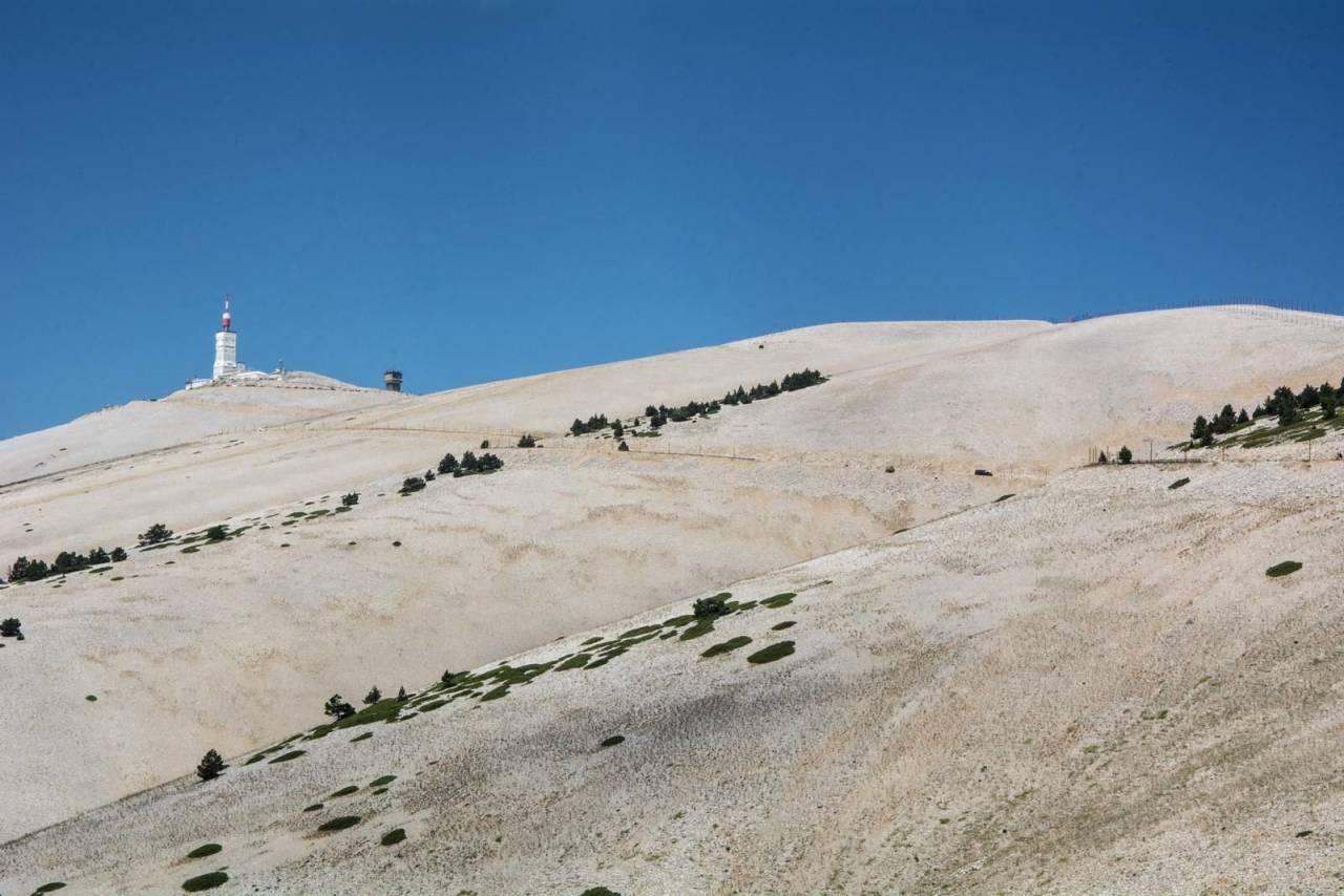 MÅNEFJELL: Ikke uten grunn kalles Mont Ventoux også for «det nakne fjellet». Med sin vegetasjonsløse topp minner fjellet om et månelandskap. Foto: Marcus Liebold.