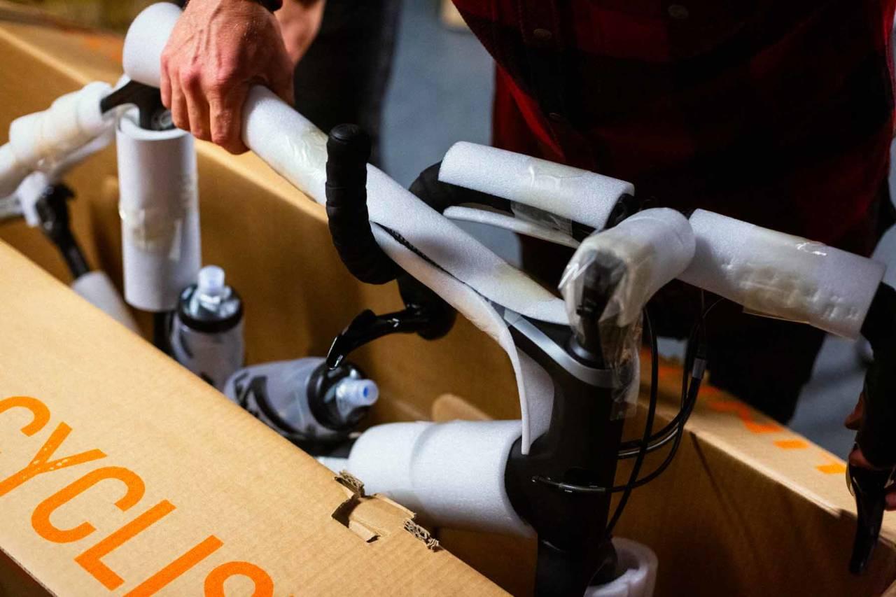 Slik pakker du sykkelen i eske.