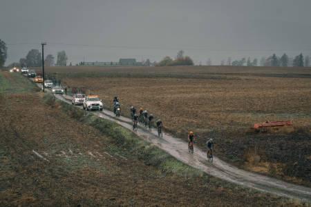 VÅTT OG SKITTENT: Gylne Gutuer ble en heftig prøvelse for rytterne med regn og gjørmete veier. Foto: Jørgen Mo
