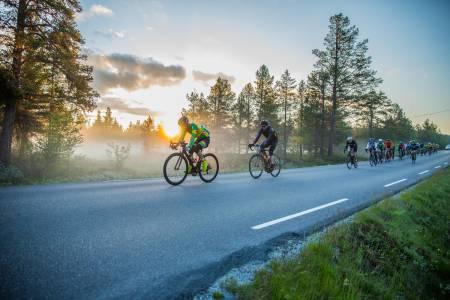 UFORGLEMMELIG NATT: Det er null grader når tetgruppa sykler over Valdresflyi i grålysningen om morgenen den 4. juli.