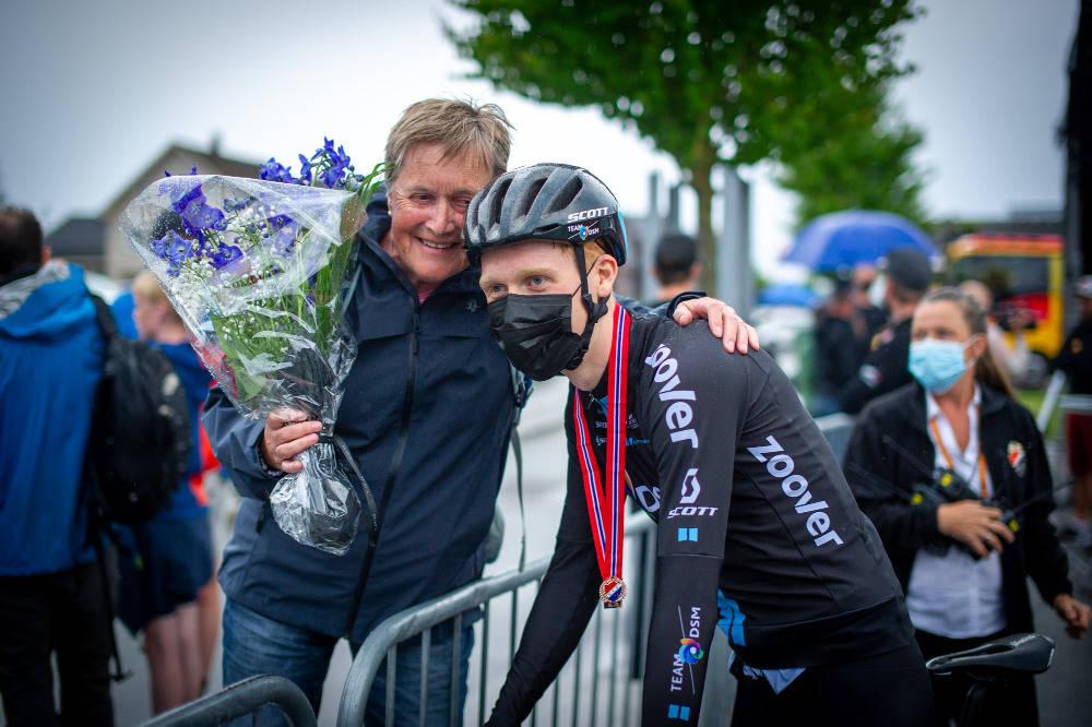 KLEM FRA BESTEMOR: Andreas Leknessund ga blomstene han fikk til sin bestemor. Foto: Knut Andreas Lone