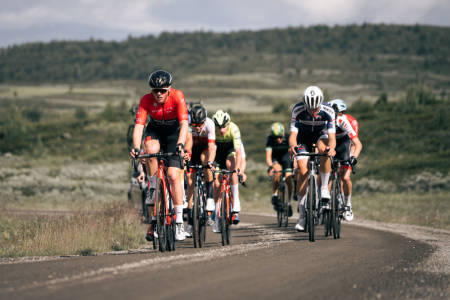 GRUS: En gruppe ryttere forserer på et grusparti på fredagens etappe i Uno-X Tour te Fjells. Foto: Jørgen Mo